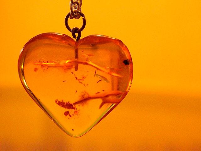 Кулон из янтаря в виде сердца