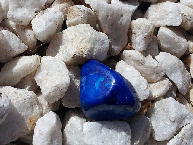 Синий камень среди белых