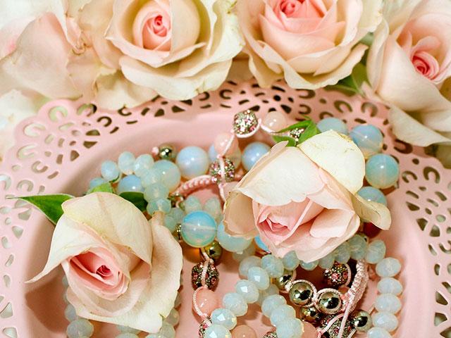 Корзинка с бусами и розами