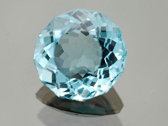 Огранённый голубой кристалл