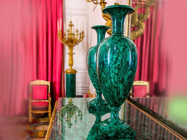 Зелёная каменная ваза на столе