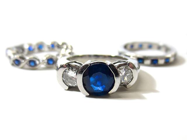 Кольца из белого металла с синими самоцветами