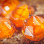 Рыжие кристаллы природного граната