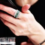 Кольцо с изумрудами на руке