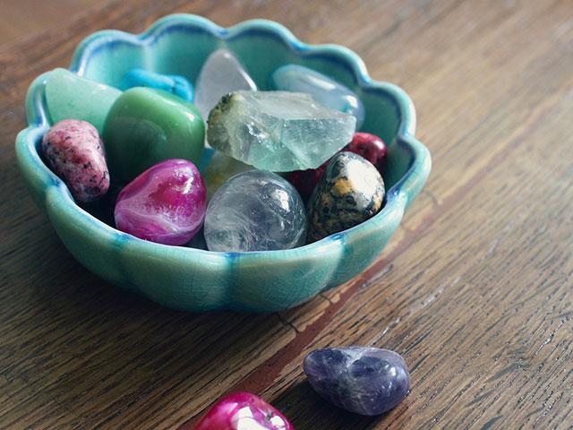 Разноцветные камушки в миске