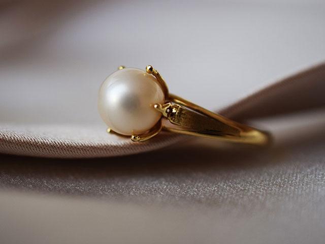 Золотое кольцо с жемчугом для Водолея