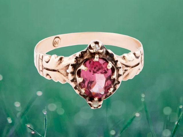 Кольцо золотое с красноватым кристаллом