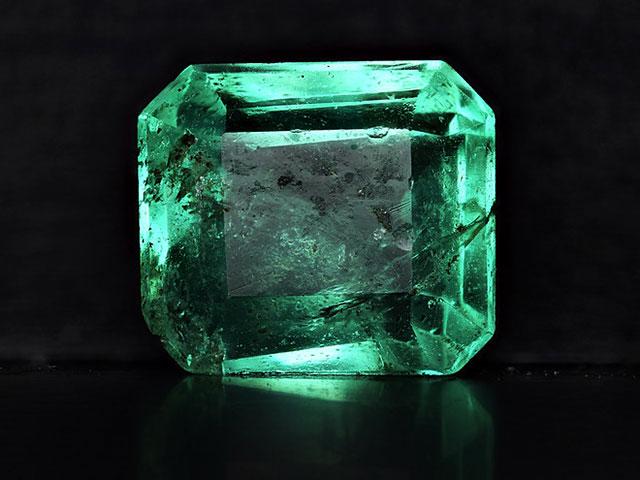 Кристалл изумруда огранённый