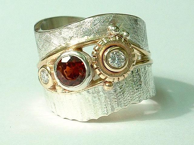 Кольцо с гранатом и бриллиантом