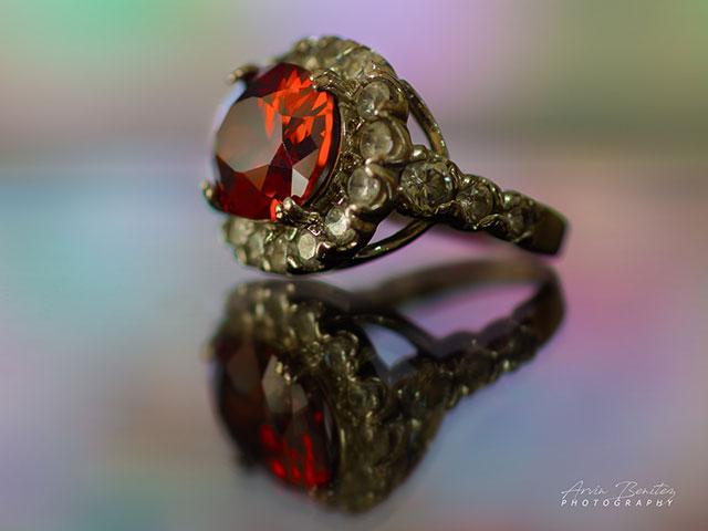 Кольцо с рубином на стеклянной поверхности