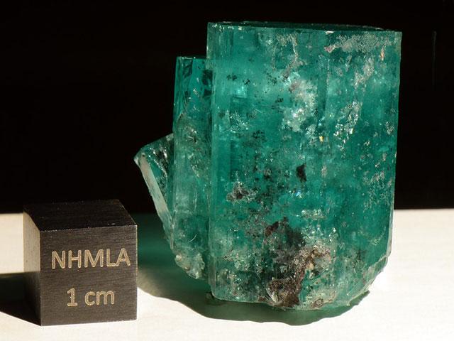 Кристалл берилла с сантиметровым кубиком для масштаба