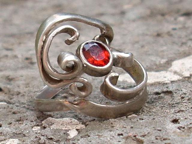 Кружевное кольцо с гранатом