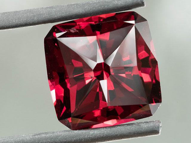 Ограненный кристалл граната