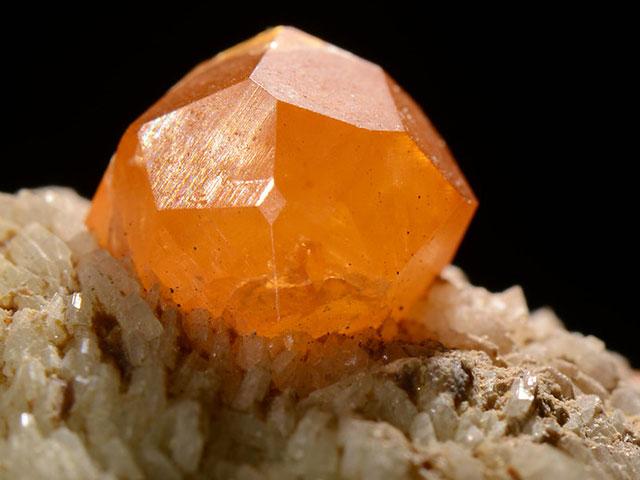 Оранжевый гранат в породе
