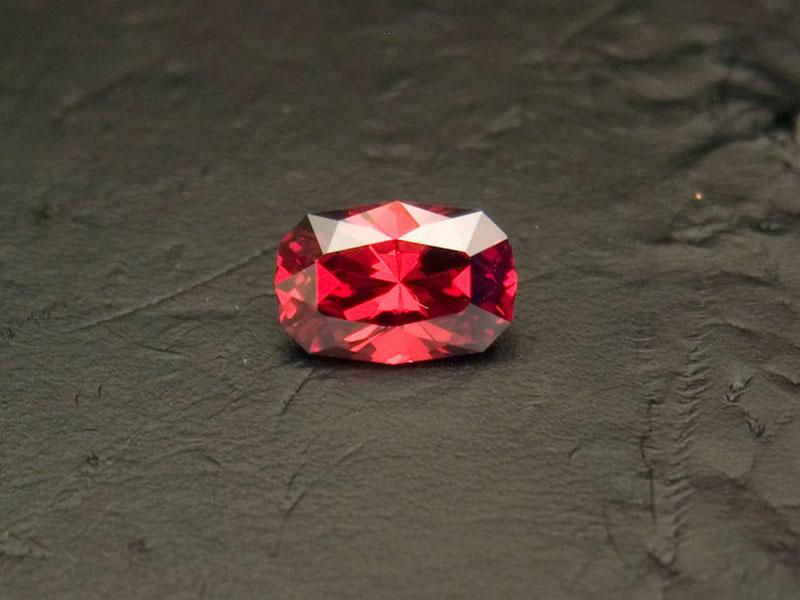Огранённый кристалл синтетического граната