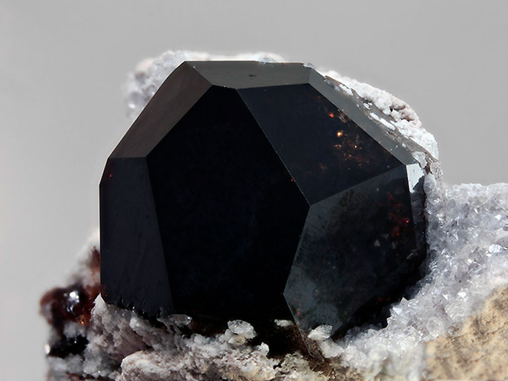 Тёмный кристалл альмандина