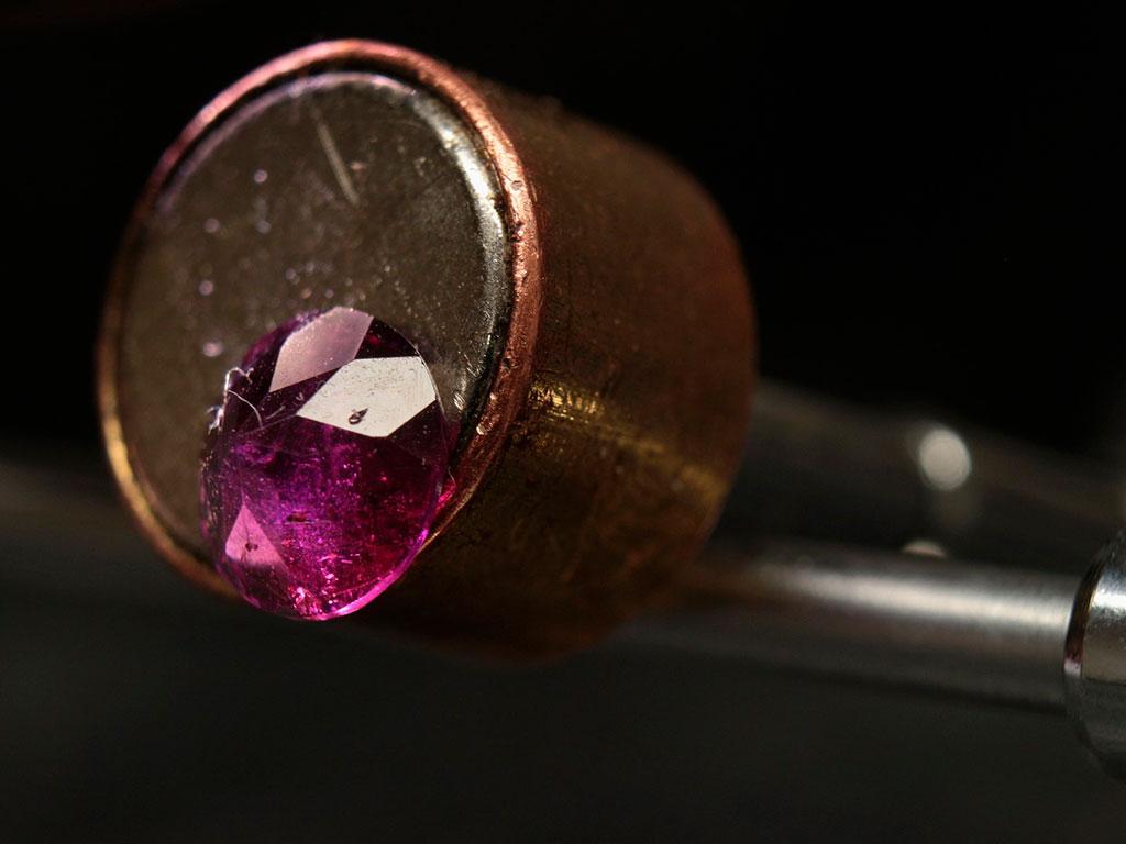 Альмандин прилипает к неодимовому магниту. Фото: J Dyer