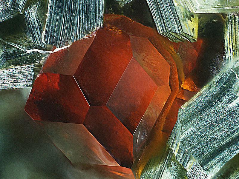 Кристалл гроссуляра, макросъемка Bruno Marello