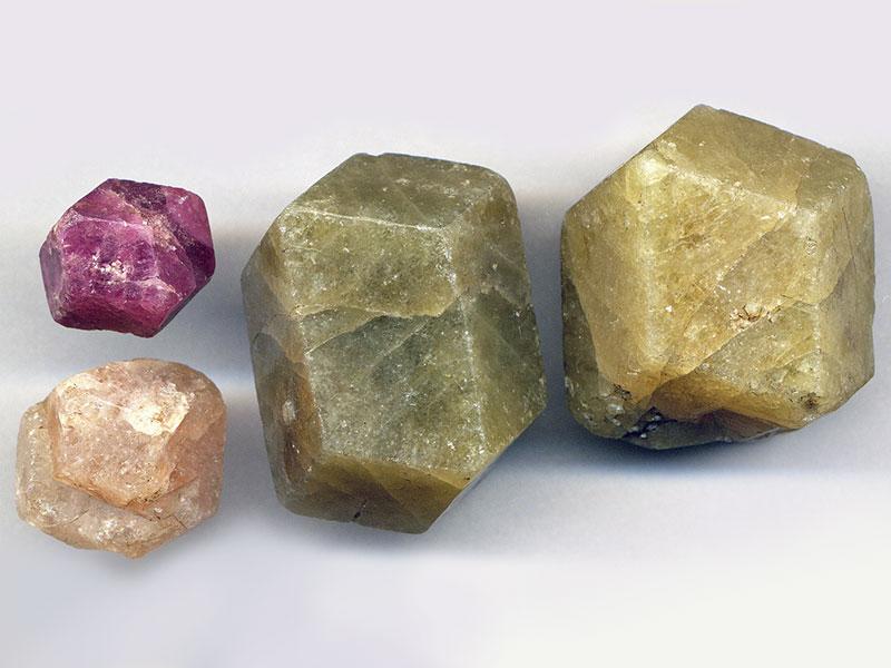Необработанные полудрагоценные камни разных цветов