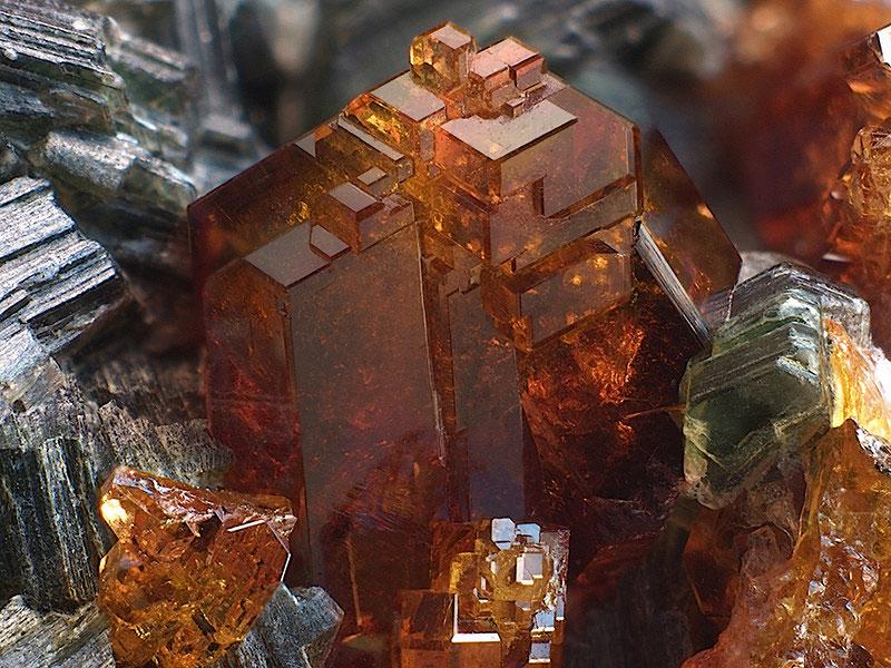 Кристалл гессонита в породе