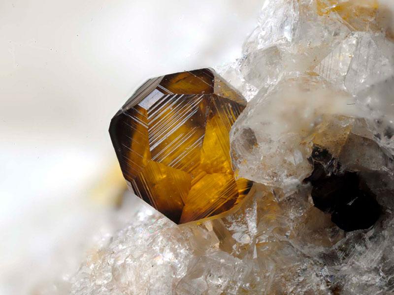 Кристалл андрадита на кварце