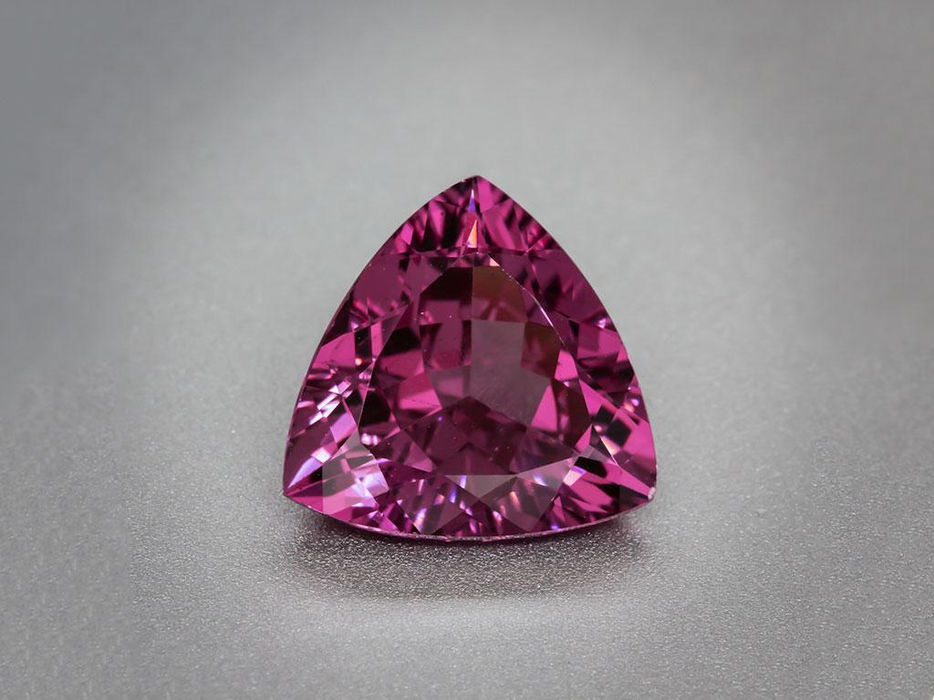 Ограненный родолит, фото: WILDS Global Minerals