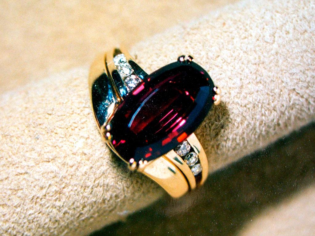 Золотое кольцо с камнем, фото: gemteck1