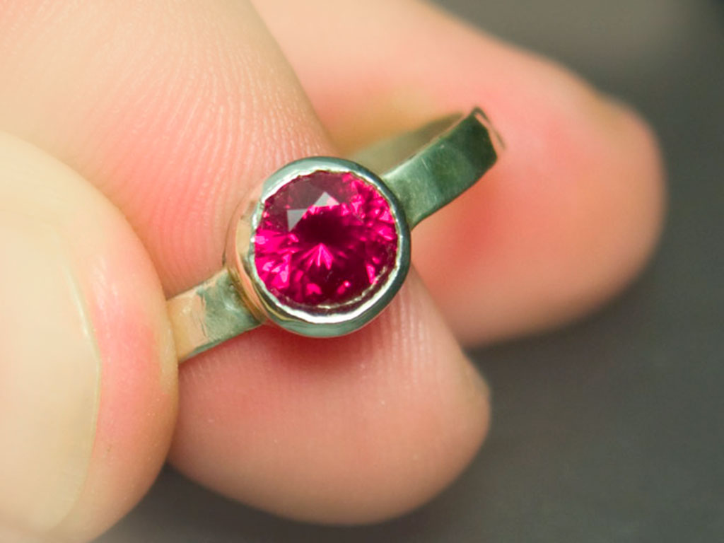 Кольцо с синтетическим рубином