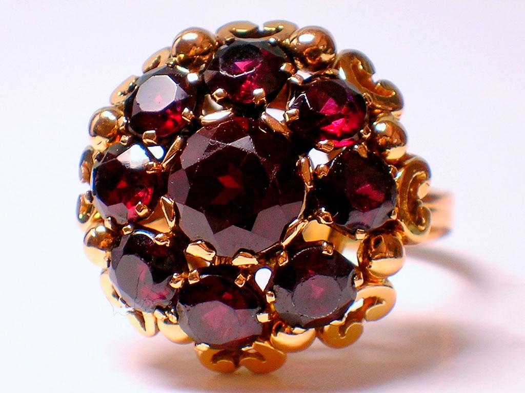 Кольцо с синтетическими рубинами