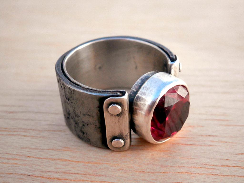 Стильное кольцо с искусственным рубином