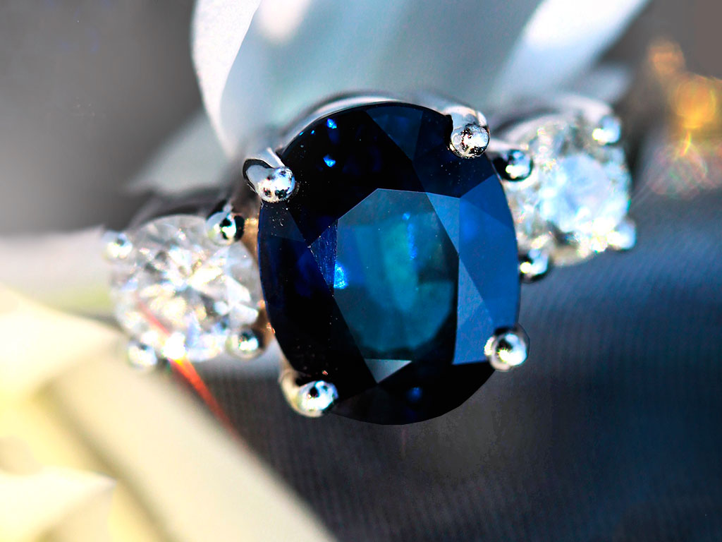 Кольцо с темно синим сапфиром