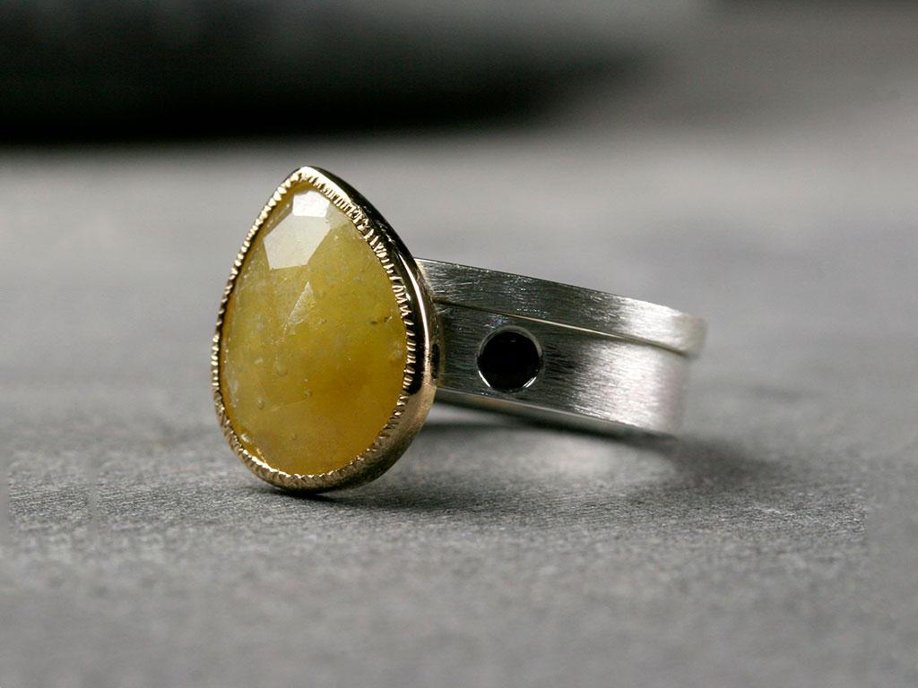 Серебряное кольцо с желтым сапфиром не ювелирного качества