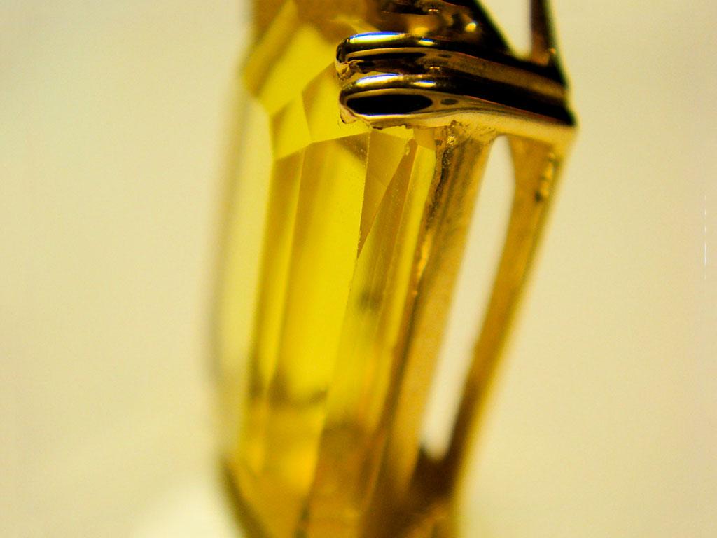 Изделие с желтым сапфиром крупным планом